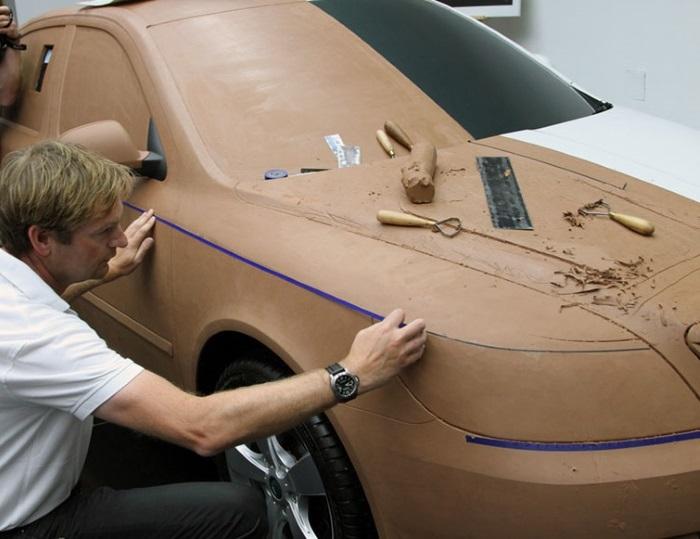 Профессиональный дизайнер делает мастер модель.